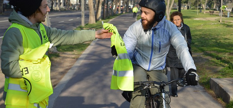 Este domingo: Easy Taxi repartirá chalecos reflectantes en ciclovías de Providencia